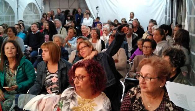 Los asistentes al acto escuchan atentamente los poemas.