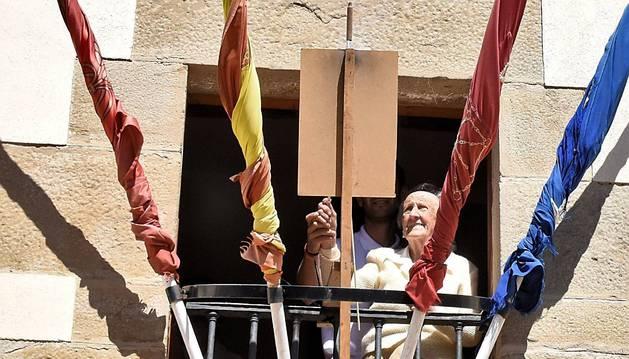 Natividad Sarasíbar Arraiza lanza el cohete desde el balcón del Ayuntamiento de Uterga.