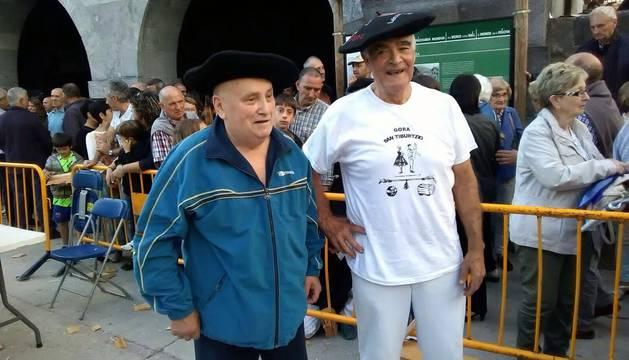 Enrique Bildarraz, 81 años, y Patxi Astibia, de 74, tras su exhibición el viernes en la plaza de Leitza.