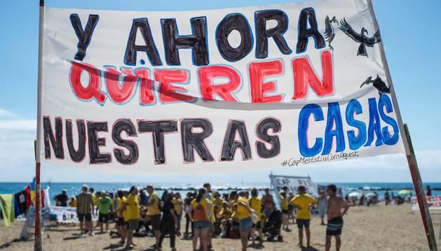 Los manifestantes han ocupado parte de la playa con pancartas
