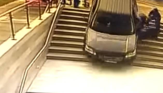 La conductora, que resultó ilesa, fue sacada del vehículo segundos antes de que cayera al vacío.