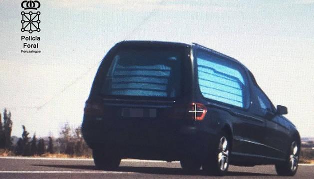 Foto del conche fúnebre con el que se ha cometido la infracción.