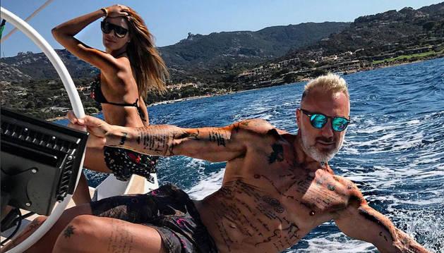 Foto de Gianluca Vacchi, con su novia colombiana Ariadna Gutiérrez.