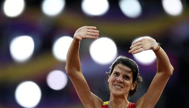 Ruth Beitia se despide del público tras su participación en la final de altura