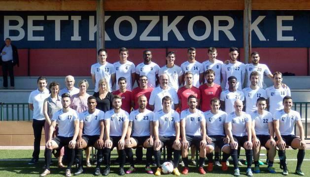 La plantilla y el cuerpo técnico del Beti Kozkor en la presentación realizada el pasado sábado antes de jugar el amistoso con la Real Sociedad C.