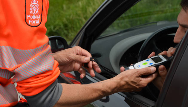 Foto de un agente realizando prueba de alcoholemia.