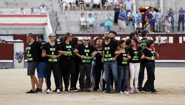 Foto de un grupo de antitaurinos saltan al ruedo antes de la final del certamen de Novilladas Nocturnas en Madrid.