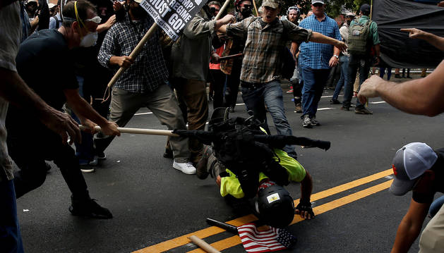 Foto del enfrentamientos en Charlottesville por una gran marcha supremacista.