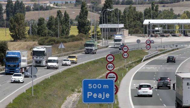 Varios camiones y turismos circulan por la AP-15, a la altura del peaje de Imarcoáin.