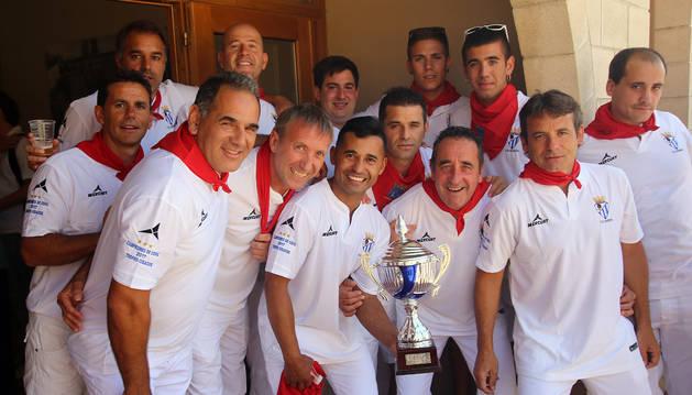 Jugadores del C.D.Injerto con el trofeo de campeones del Torneo Cidacos.