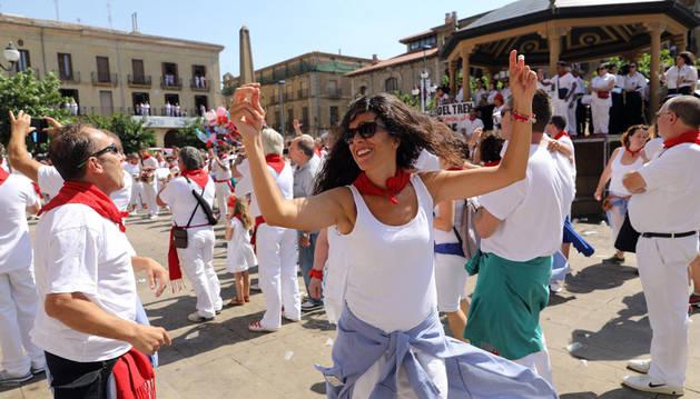 EH Bildu Tafalla imita a Pamplona y Estella y saca la ikurriña en el cohete