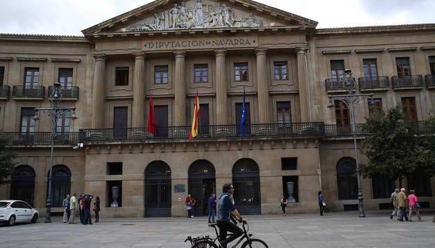 Un ciclista circula frente a la sede del Ejecutivo Foral, en la Acenida Carlos III de Pamplona.