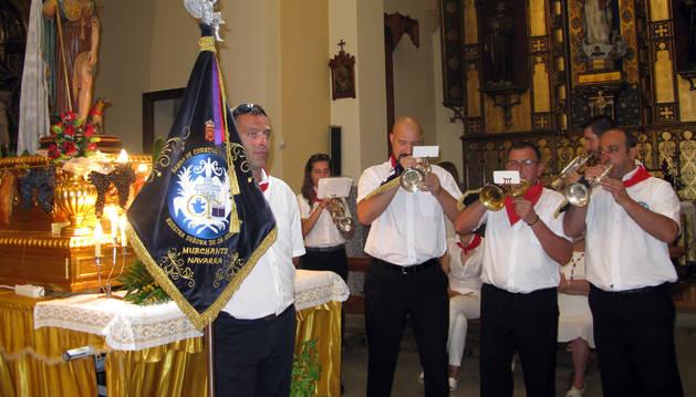 La Banda de Cornetas y Tambores interpreta una pieza ante San Roque.