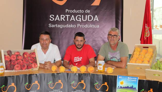 Imagen de Julio Sádaba, técnico de Cultura; el alcalde, Paolo Albanese; y Jaime Zabaleta, edil de Agricultura.