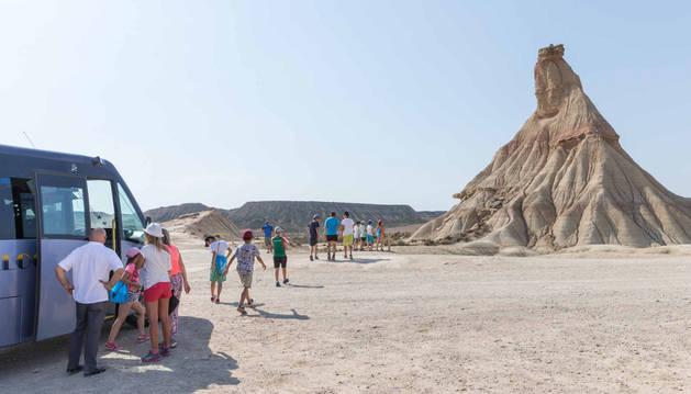 Imagen de uno de los cerros solitarios esculpidos en la arena que forman las Bardenas Reales.