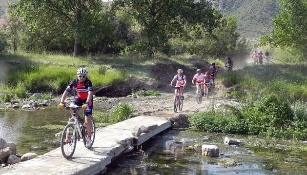 Imagen de varios ciclistas pedalean en la zona donde se cruzaba el río Alhama, en Las Roscas de Fitero.