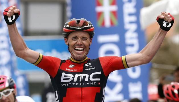 Samuel Sánchez llega vencedor a la meta de la cuarta etapa de la Vuelta Ciclista al País Vasco en Orio