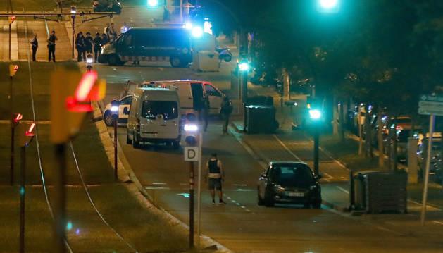 Imagen de la policía, en el lugar en Sant Just Desvern donde ha fallecido el ciudadano tras haber sido acuchillado.