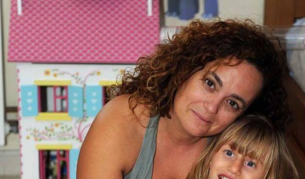 Itziar Izuel, de 43 años, con su hija Lucía, de 10, a la que adoptó en un orfanato de Rusia en 2010, cuando la niña aún no había cumplido los 3.
