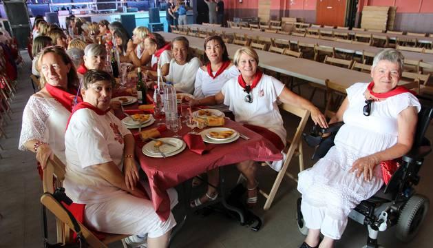 Imágenes de la comida de la mujer de las fiestas de Cabanillas
