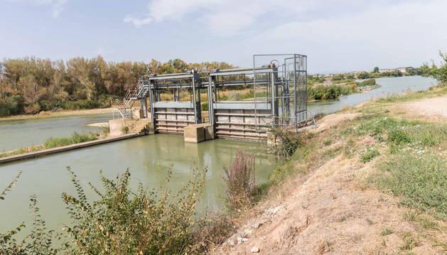 Una imagen de las compuertas de entrada del río Ebro en el Canal de Tauste, en la localidad ribera de Cabanillas.