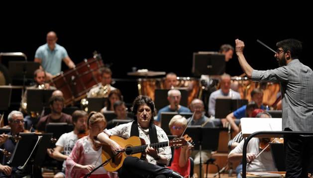 Ensayo de Juan Manuel Cañizares con la Orquesta Sinfónica de Navarra.