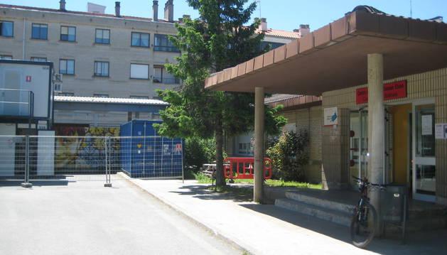 Vista parcial del acceso al centro de salud de Alsasua.
