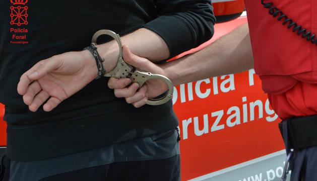 Imagen de un agente de Policía Foral realizando una detención.