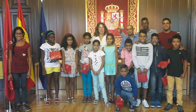 La delegada del Gobierno en Navarra, Carmen Alba, junto a alguno de los niños saharauis.