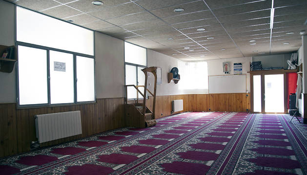 Vista esta tarde del interior de la mezquita Islámica Annour de Ripoll, en la cual el imán Abdelbaki Es Satty, presuntamente implicado en los atentados de Cataluña, guiaba las oraciones.