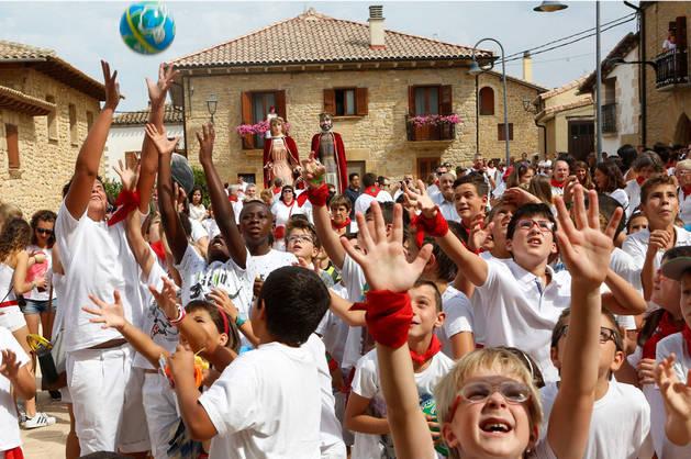 Imagen de los niños, que se situaron en primera fila para recoger los balones y caramelos.