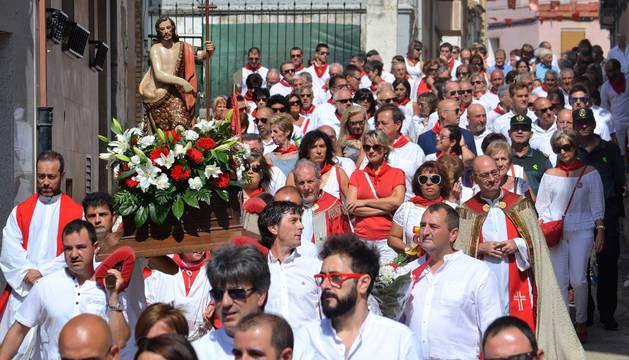 La figura de San Juan bautista recorrió las calles de Mendavia acompañado por los vecinos.
