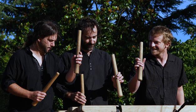 Hutsun txalaparta está formado por Javi Leoz, Mikel Urrutia y Anai Gambra.