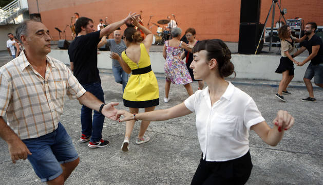 Eduardo Arteaga y Uxue Martínez, en primer plano, en uno de los momentos de la actuación del jueves.