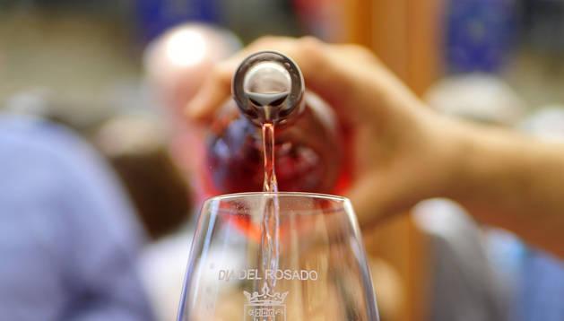 Imagen del vino rosado navarro, producto local que se comercializa en el extranjero.
