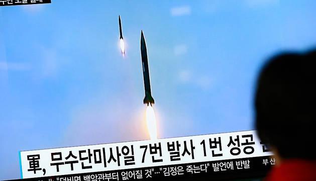 Un ciudadano de Corea del Sur ve en un monitor la noticia sobre el lanzamiento de misiles por parte de Pyongyang.