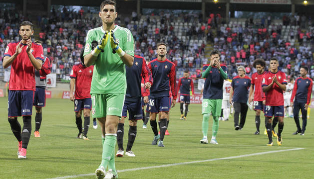 Los jugadores de Osasuna aplauden a la afición desplazada a León tras el partido