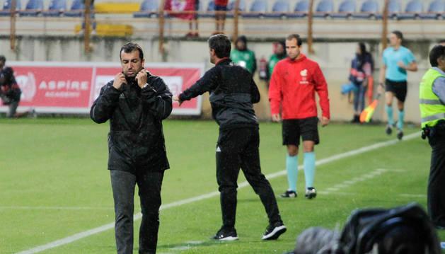 Diego Martínez se protege de la lluvia en el partido del pasado sábado en el Reino de León ante la Cultural Leonesa.