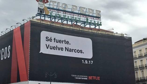 Cartel publicitario de la nueva temporada de Narcos en la Puerta del Sol de Madrid.