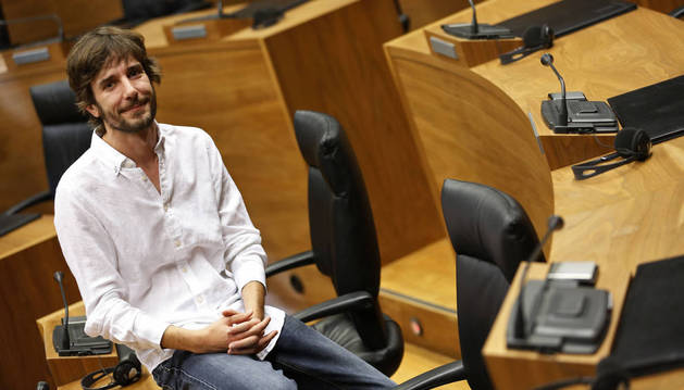 Mikel Buil, ayer en el salón de plenos del Parlamento de Navarra.