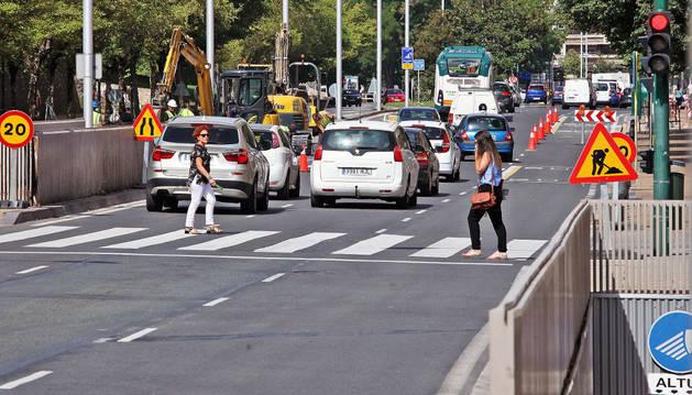 Obras de adecuación de la entrada al aparcamiento de Baluarte en la avenida del Ejército. A la izquierda, la salida que se convertirá en entrada.