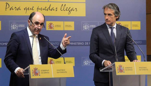 Imagen del vicepresidente navarro, Manu Ayerdi, y el ministro de Fomento, Íñigo de la Serna, en su comparecencia conjunta tras la reunión que mantuvieron en Madrid el 25 de mayo.