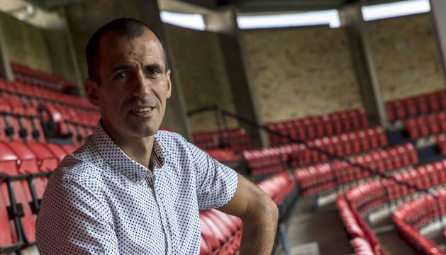 Imagen de Patxi Puñal, este miércoles por la mañana, sentado en su butaca de socio en Tribuna Gol del estadio de El Sadar.
