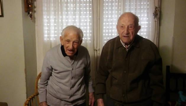 De izda. a dcha., Ángel y Francisco Serrano Alegría, lanzadores del cohete de Ablitas.