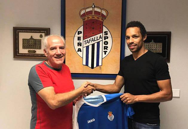 Imagen de Valdo, con el presidente de la Peña Sport, Juan Antonio Cabrero.