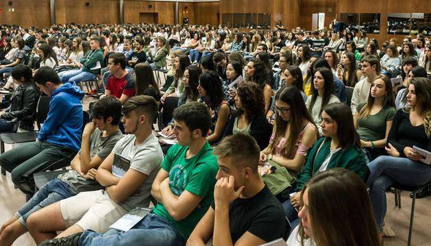 Imagen de un grupo de alumnos de primer curso de las Facultades de Ciencias Sociales y Ciencias de la Salud siguiendo este viernes la bienvenida del rector.