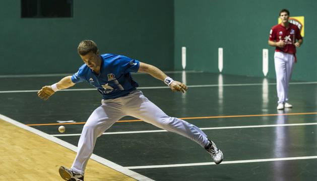 Foto de Iñaki Artola resta una pelota desde el ancho en un partido anterior.