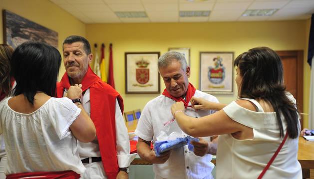 Foto de 'Chichipán' (izq) y 'Rastrojo' reciben el pañuelo de la localidad.