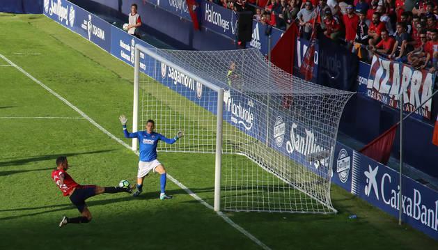 Unai García se estira para rematar el balón que supuso el 1-0 para el equipo navarro en la segunda mitad.