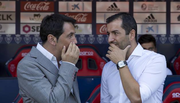 El director deportivo Braulio Vázquez charla con Diego Martínez antes del comienzo del partido.